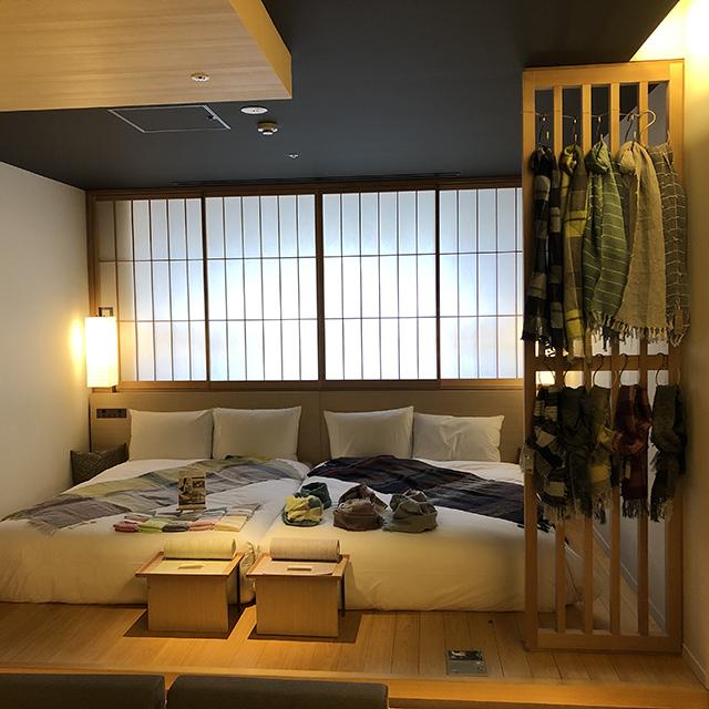 窓際のベッド近辺がオルンの展示スペース。